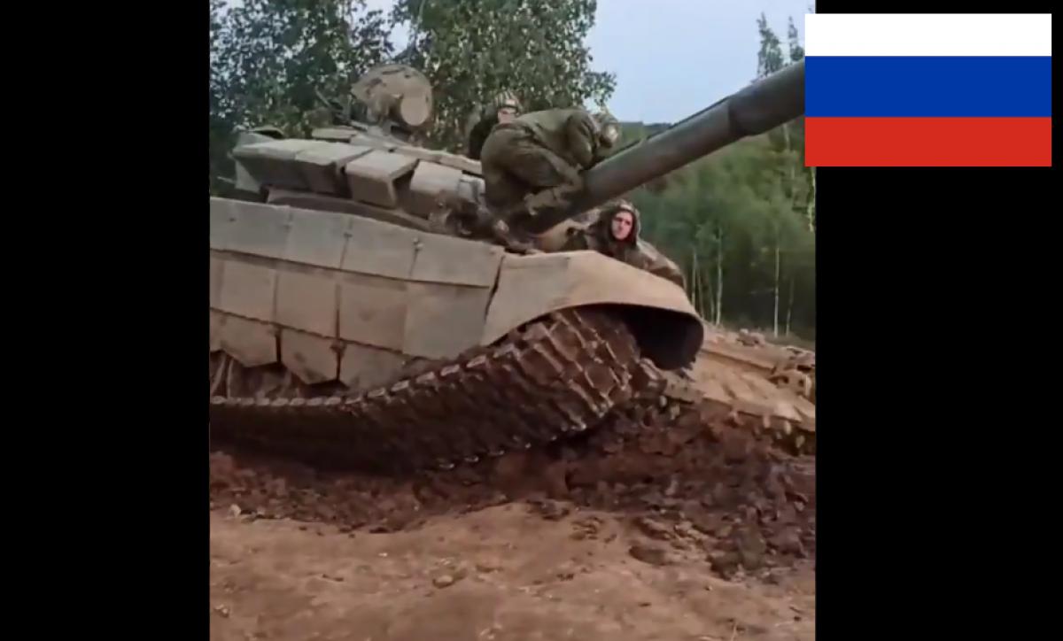 """Российский танк """"Т-72"""" застрял в яме на полигоне под Москвой, слетела гусеница: появилось видео"""