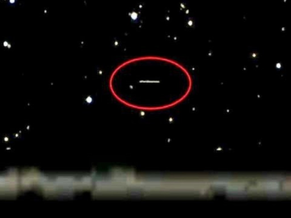 """Инопланетяне готовы к """"вторжению"""": необычный НЛО уже не скрывается у орбиты Земли - уникальное видео"""