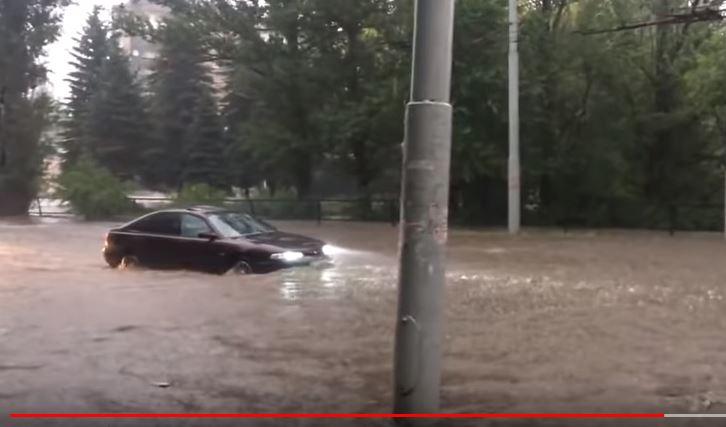 Затопило улицы и огороды, люди по колено в воде: в Сети показали мощный потоп в оккупированной Макеевке