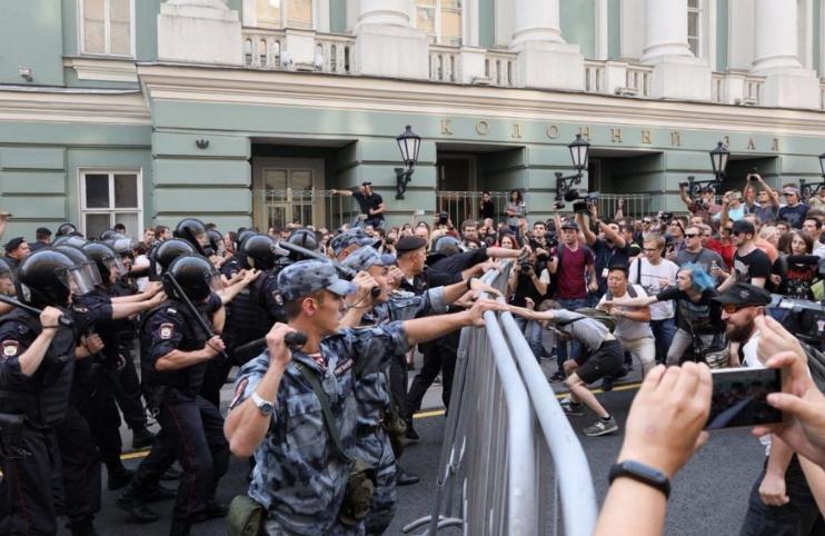 Уличные бои продолжаются в РФ: счет задержанных идет на сотни, пенсионера избили за флаг России – кадры