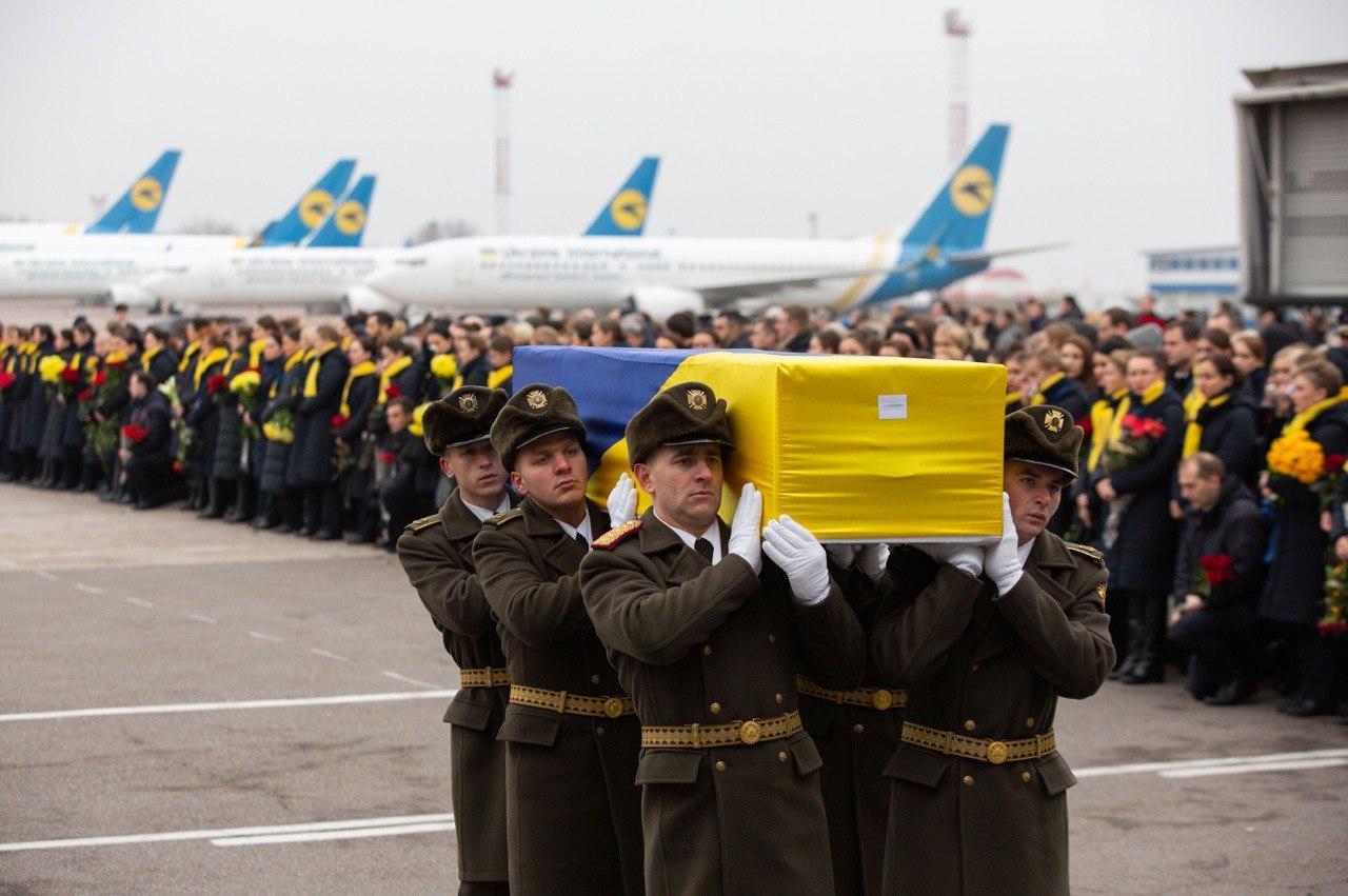 Гробы с флагами Украины, люди на коленях и слезы: кадры церемонии прощания с жертвами рейса PS752