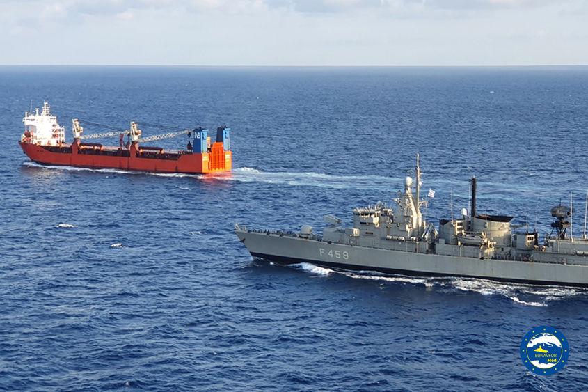 """Спецназ НАТО высадился на российский корабль с вертолета и произвел досмотр - в РФ ответили: """"Вы хотите войны?"""""""