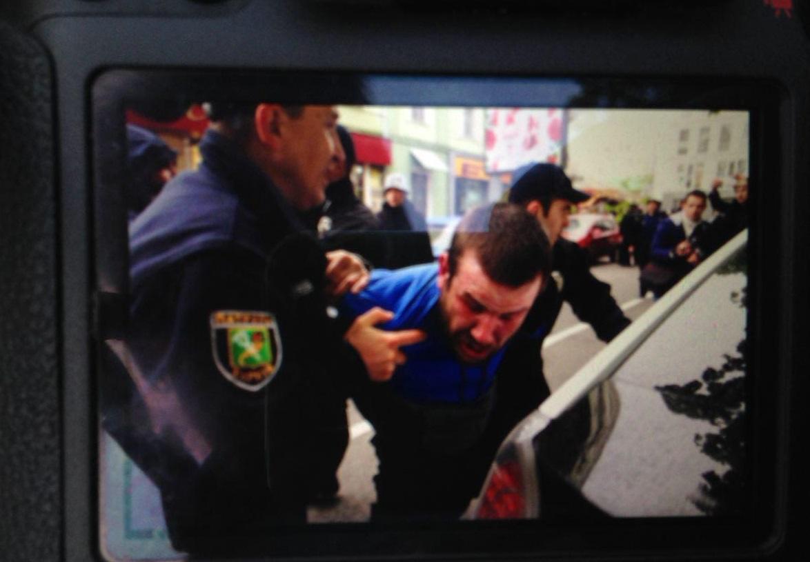 В Сети появилось видео жестокой стычки противников ЛГБТ и полиции в Харькове - агрессивные молодчики травмировали двух полицейских