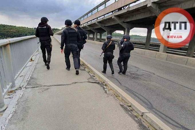 Захват моста со стрельбой и взрывчаткой в Киеве: онлайн-трансляция ЧП