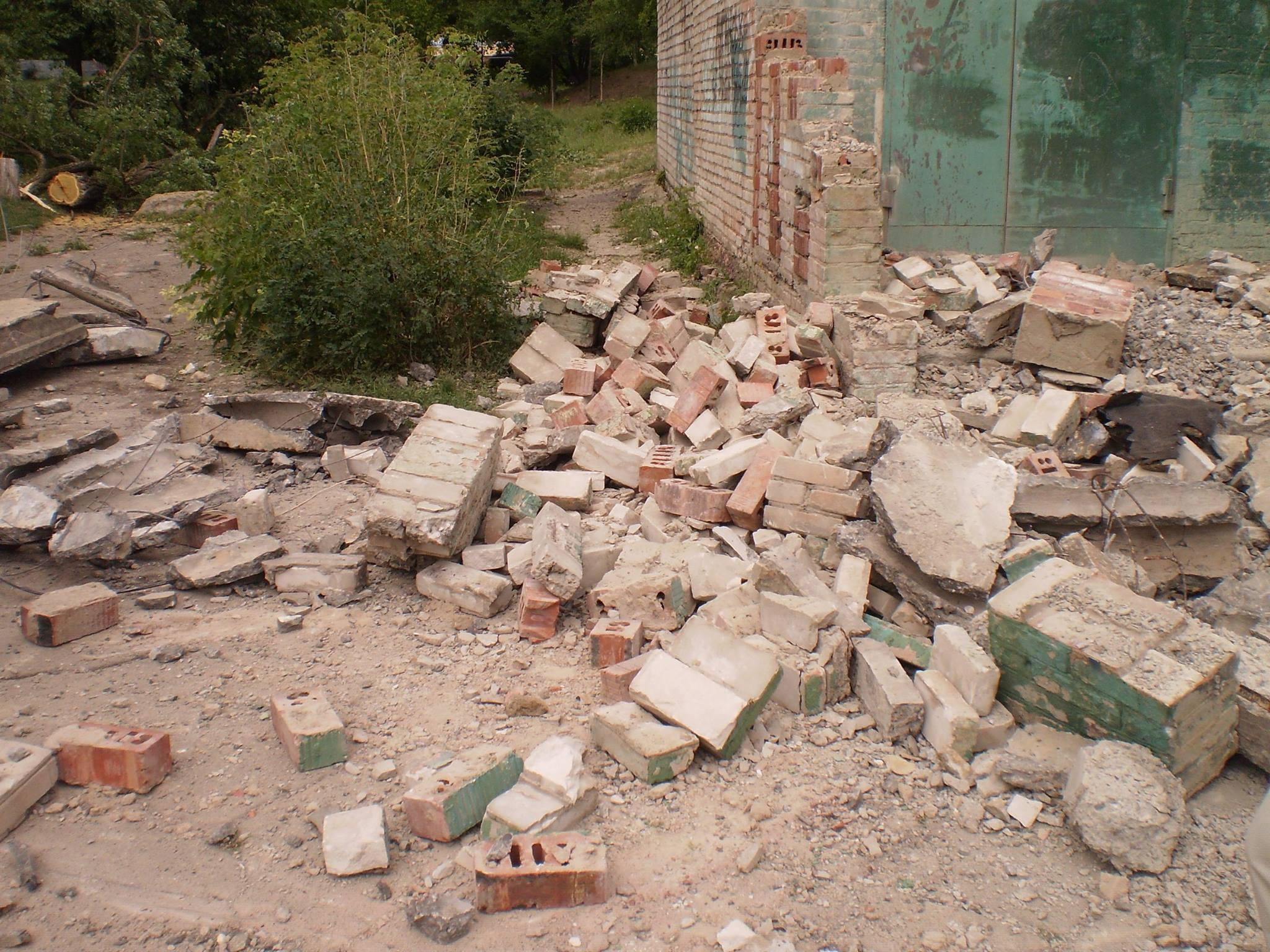 """Обстановка в Луганске: сгорел завод """"Каре"""", в дом престарелых попал снаряд"""