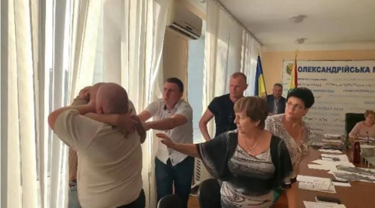 Член ТИК Иванем и представитель ОПЗЖ Банковский подрались на заседании комиссии на Кировоградщине