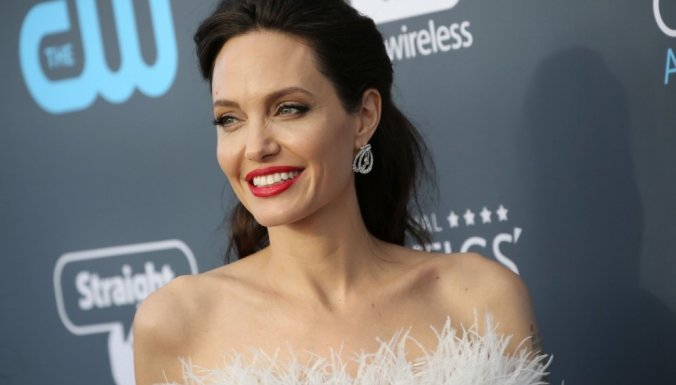 Анджелина Джоли, Бред Питт, больна, актриса, знаменитость, известная личность, в больнице, сенсация, подробности, вся правда, общество, фото, прогулка