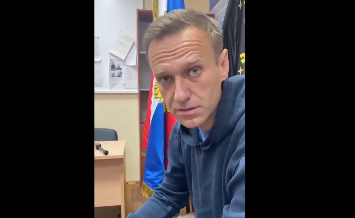 """Навальный рассказал, что с ним сделали после задержания в аэропорту: """"Дед в бункере сильно боится"""""""