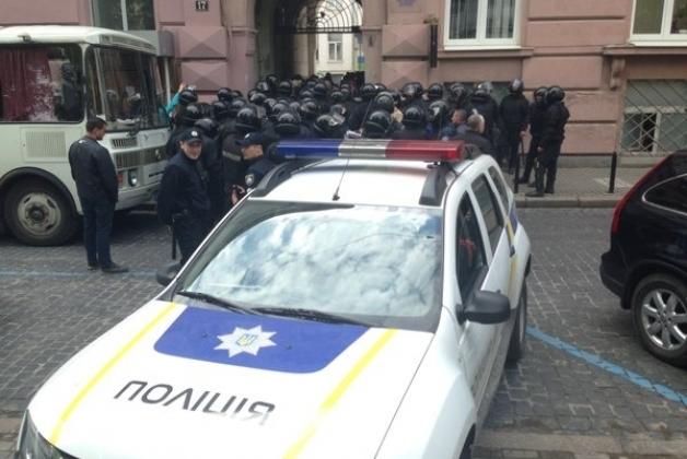 Во Львове призошла стычка с полицией из-за попытки сноса памятнику советскому писателю. Видео