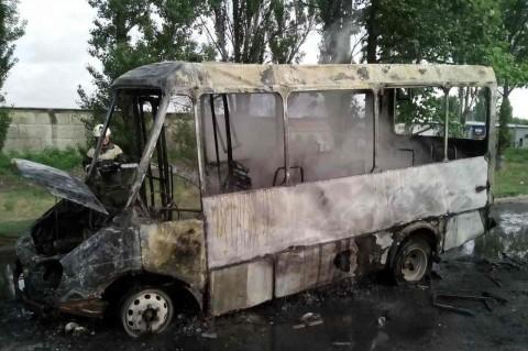 На Херсонщине во время движения сгорел микроавтобус