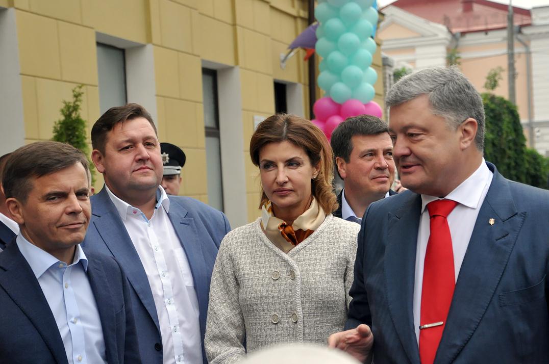 Порошенко с женой внезапно объявились на главной улице Житомира, вызвав ажиотаж у горожан - кадры