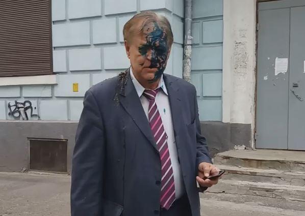 Появились кадры, как в Киеве на главу Россотрудничества Воробьева 9 мая вылили ведро нечистот и облили зеленкой