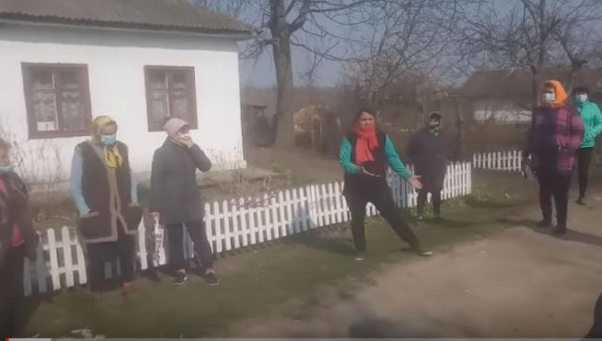 Под Одессой село устроило травлю женщине, из-за вернувшегося с Чехии сына: кадры стихийного митинга