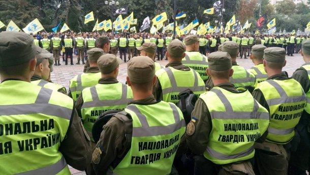 """На митинге в Киеве становится жарко: автовладельцы рвутся к стенам Рады с криками """"Позор!"""", все затянуто дымом - опубликованы первые кадры драки с полицией"""