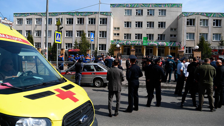 """""""Мамочка, очень больно"""", – после нападения на школу в Казани раненые дети лежали на земле в ожидании скорых"""