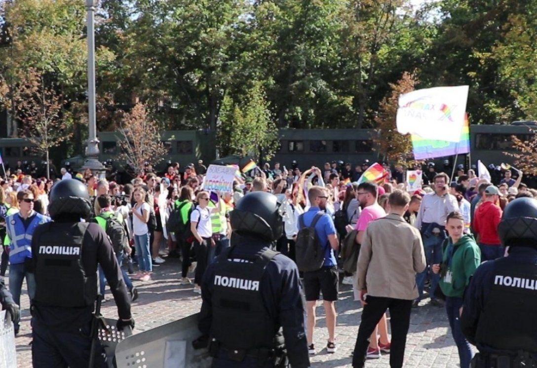 Стычки и слезоточивый газ: возле Офиса Зеленского схлестнулись ЛГБТ-активисты и их противники