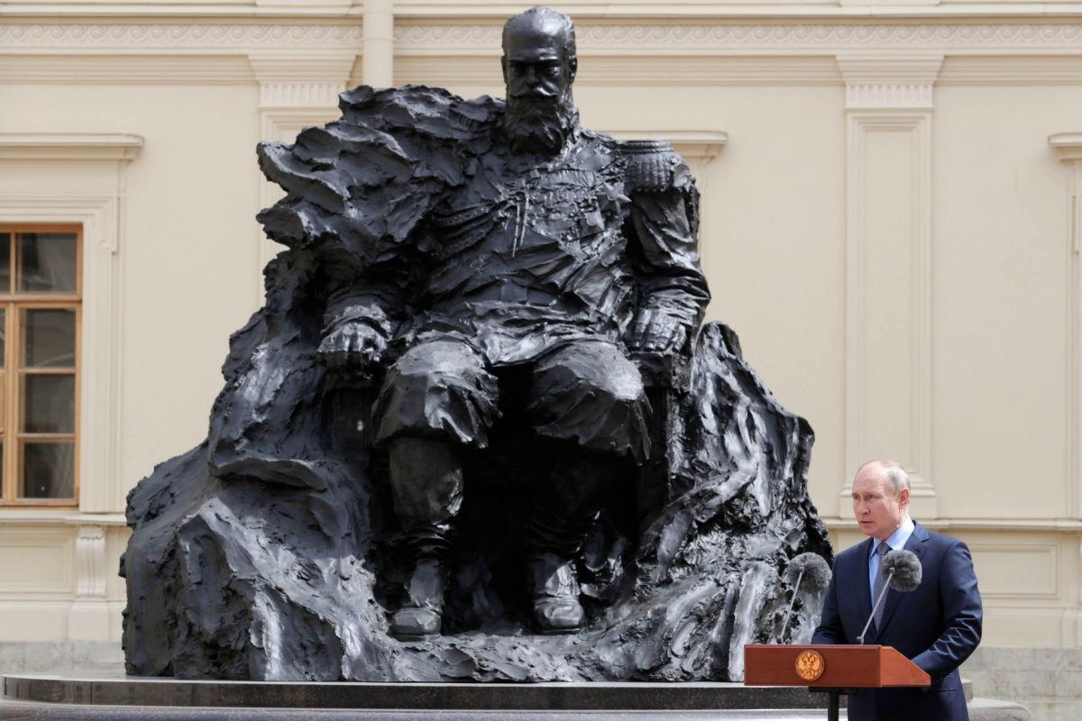 """На открытом Путиным памятнике Александру III заметили """"досадную ошибку"""" - россияне в недоумении"""