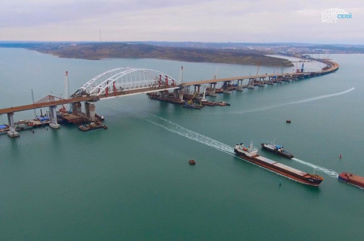 Рассыпается на глазах: треснула одна из опор Крымского моста – кадры