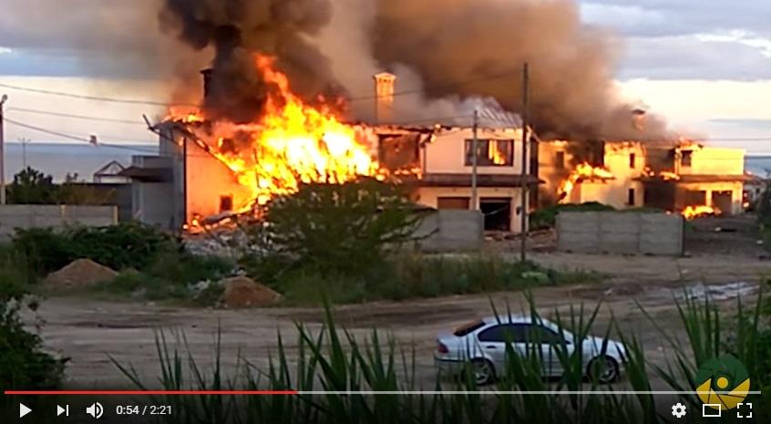 Эти кадры просто шокируют: боевики ДНР уничтожают мирные поселки под Мариуполем. Дома от вражеских снарядов сгорают до самого фундамента