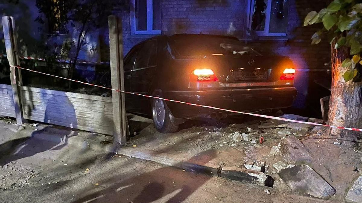 В Днепре Mercedes сбил пешеходов и врезался в дом – есть пострадавшие