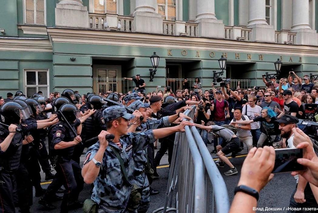 Жестокость зашкаливает: новые кадры массовых протестов в Москве потрясли всю Россию