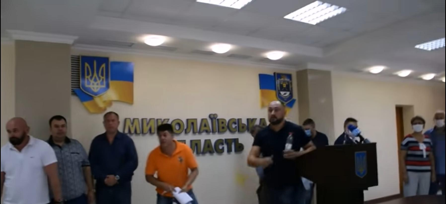 """В Николаеве забросали яйцами депутатов от """"ОПЗЖ"""" - видео появилось в Сети"""