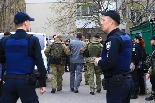 В Одессе при нападении вооруженных людей на автостоянку прогремели взрывы и стрельба: что известно о ЧП и пострадавших - кадры