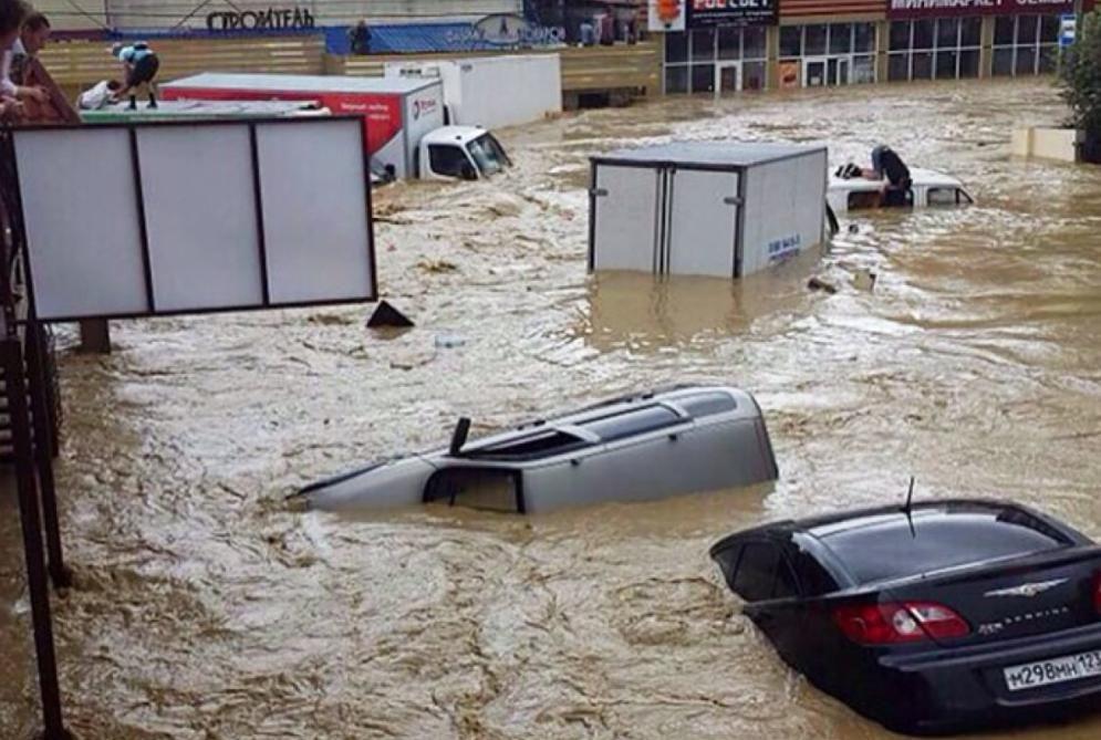 Проливные ливни затопили российский Сочи: потоки воды сносят машины - город готовят к эвакуации