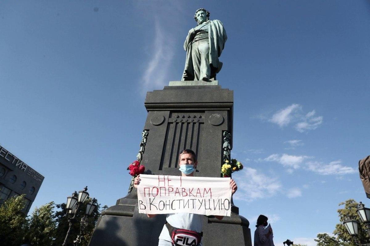 В центре Москвы собираются сотни людей против поправок Путина - Кремль согнал силовиков и автозаки