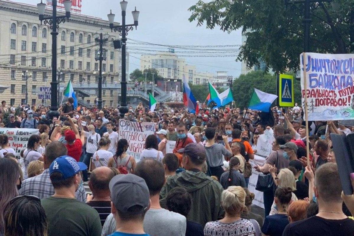 """В Хабаровске десятки тысяч протестующих вышли под ливень с требованием к Кремлю: """"Руки прочь от Байкала"""""""