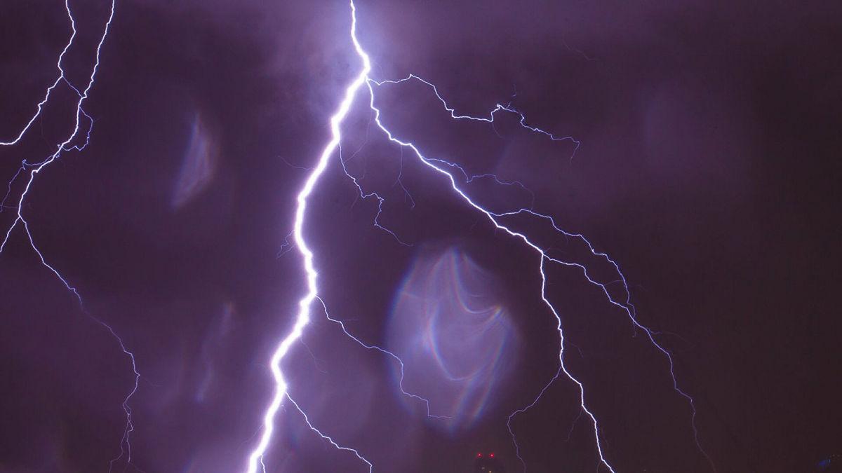 На Черкасчине молния попала в двух человек, они погибли на месте: третью пострадавшую спасают врачи