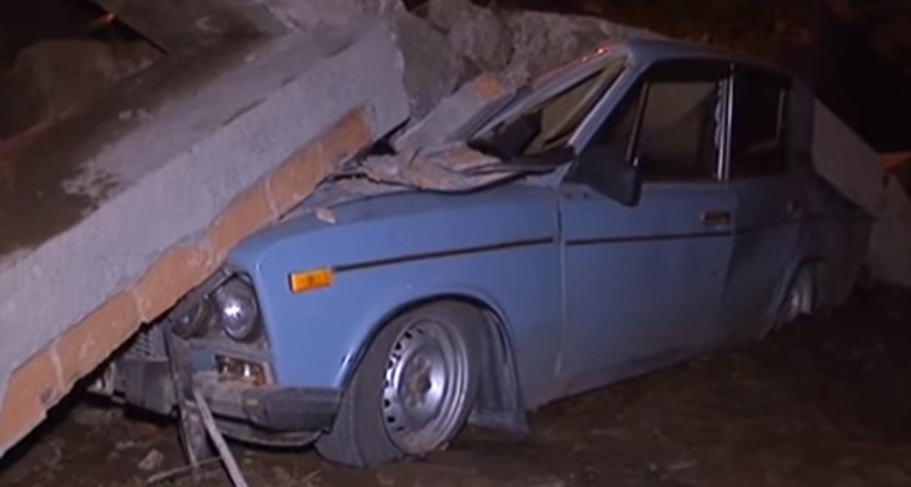 ЧП в оккупированном Донецке: плита упала с крыши - 4 машины раздавлено