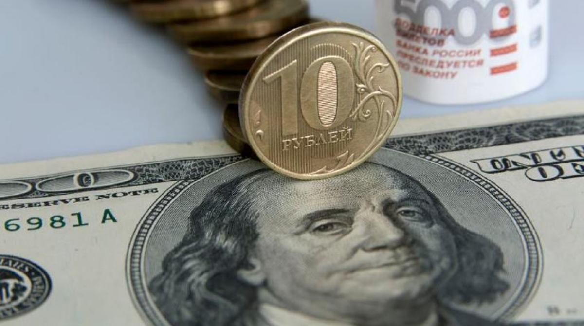 Рубль пробивает дно: валюта РФ рухнула до 79,90 за доллар - россияне готовятся к кризису