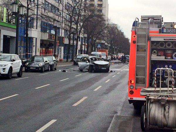 """Берлинская полиция оцепила место взрыва автомобиля: машина подорвалась """"на ходу"""" в центре столицы"""
