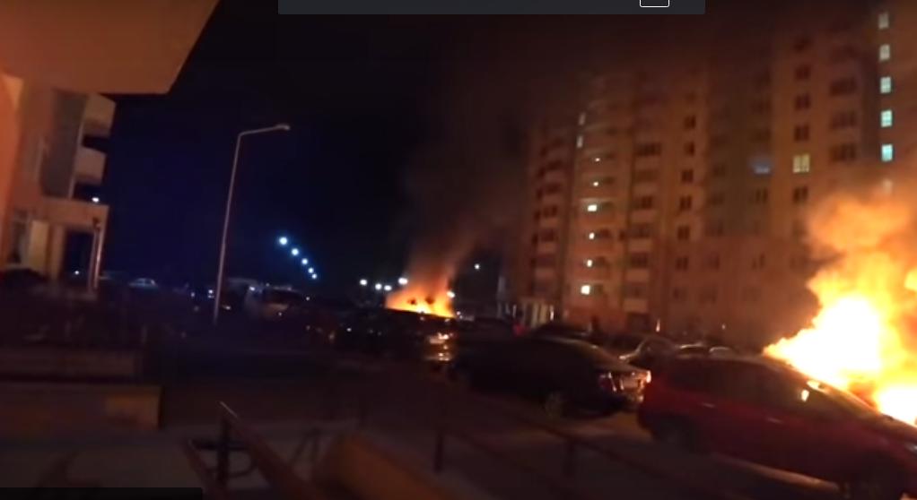В Киеве в ночном пожаре дотла выгорели 11 машин - кадры