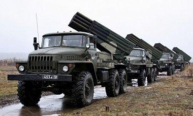 """Боевики """"ЛНР"""" свозят в оккупированный Луганск смертоносное оружие и перемещают по городу тяжелую технику"""