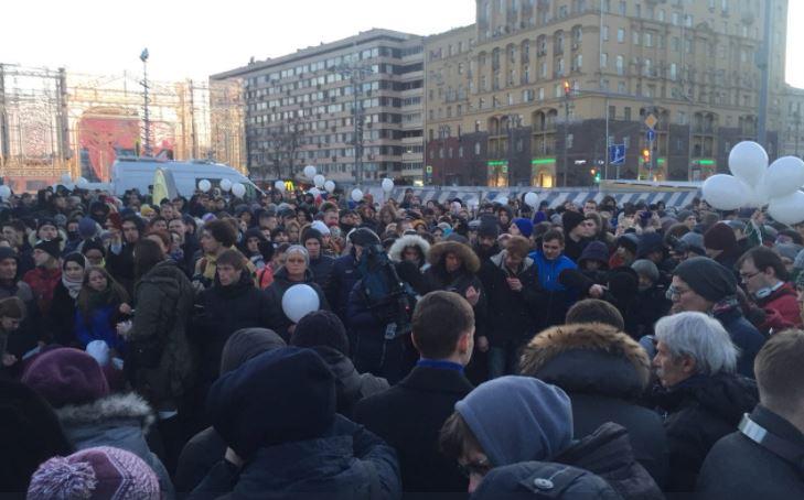 """""""Надоел"""", """"Страна в огне"""", """"Путина в отставку"""": трагедия в Кемерово всколыхнула россиян - митинг в Москве резко радикализировался - кадры"""