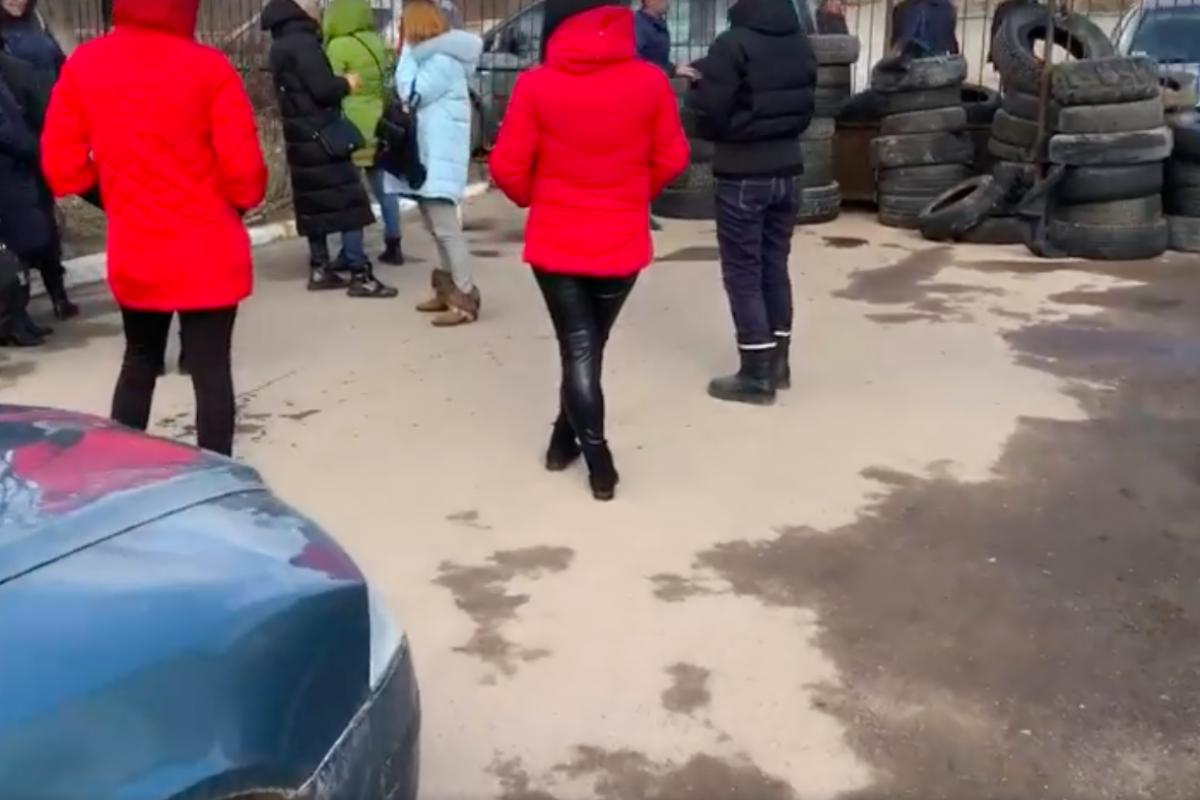 """""""Кто нас защитит?"""" - под Львовом медики строят баррикады из шин из-за коронавируса Covid-2019"""