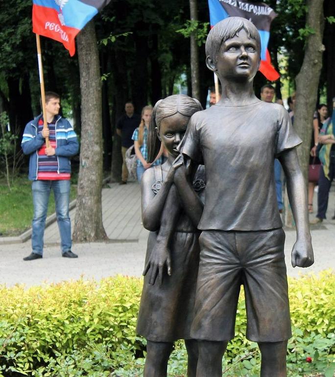 """""""Все равно, что Гитлер бы поставил в Берлине памятник замученным еврейским детям"""": в Сети  жаркие дебаты из-за памятника с """"адским мальчиком"""" из оккупированного Донецка"""