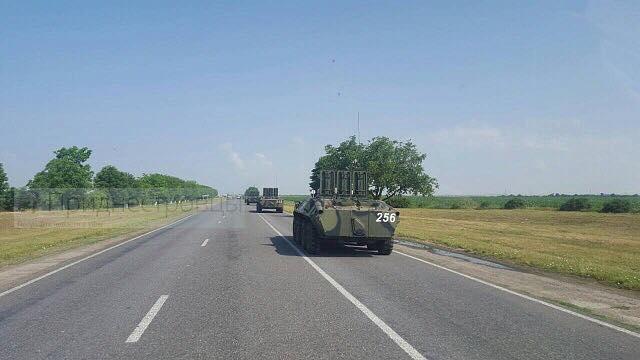 Возле украинской границы со стороны Приднестровья следует огромная колонна российской техники - кадры