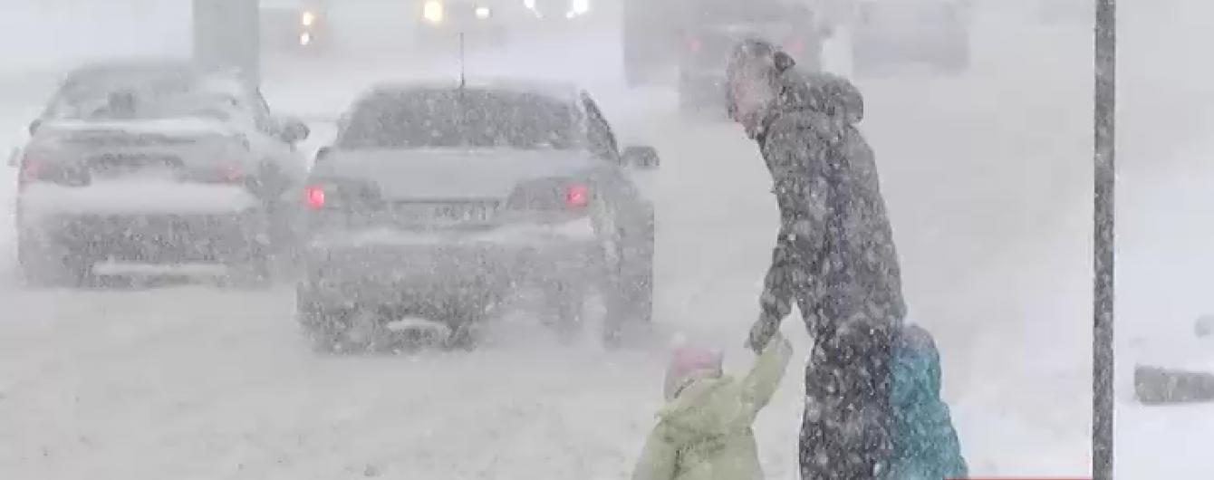 Снежный армагеддон в Днепропетровске и Киеве: в Украину вернулась лютая зима