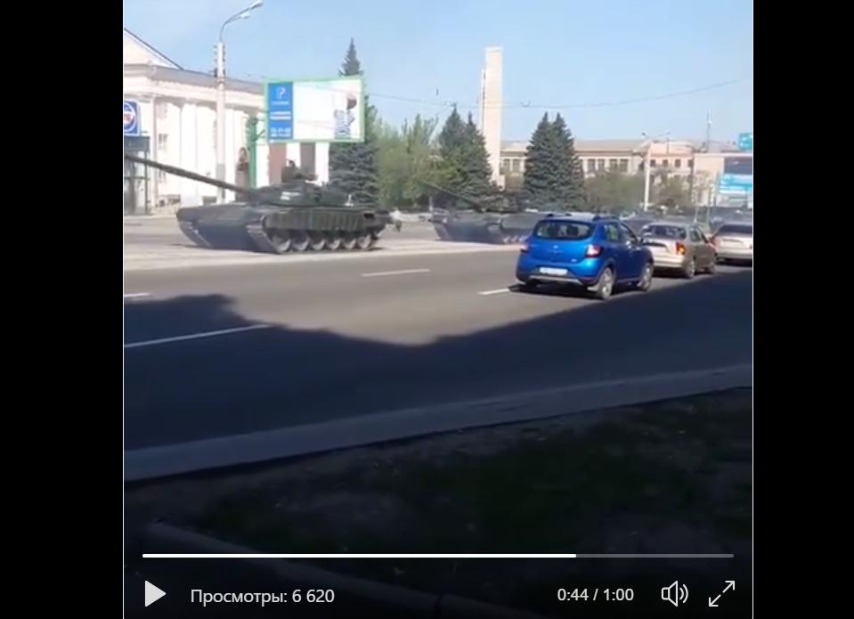 """Колонна российских танков в Луганске возмутила Сеть: очевидцы опубликовали видео """"подарка"""" Москвы"""