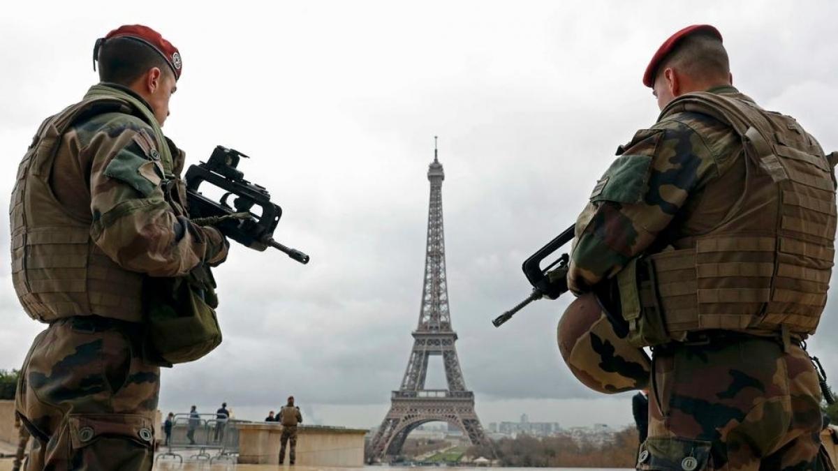 """""""Это война"""", - власти Франции вводят военную технику и закрывают границы страны, детали"""
