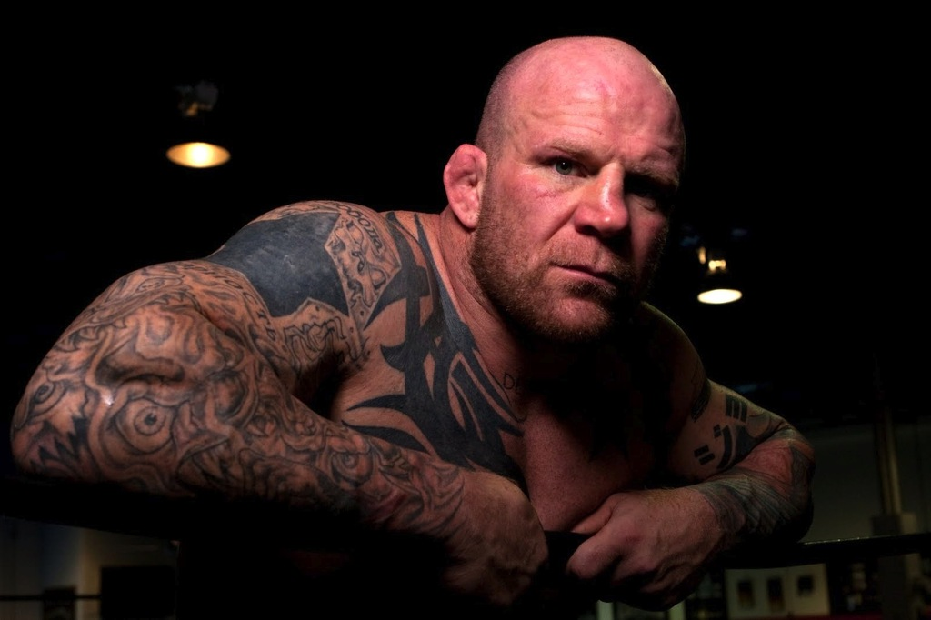 Знаменитый боец MMA Монсон вышел в России на ринг под гимн ДНР