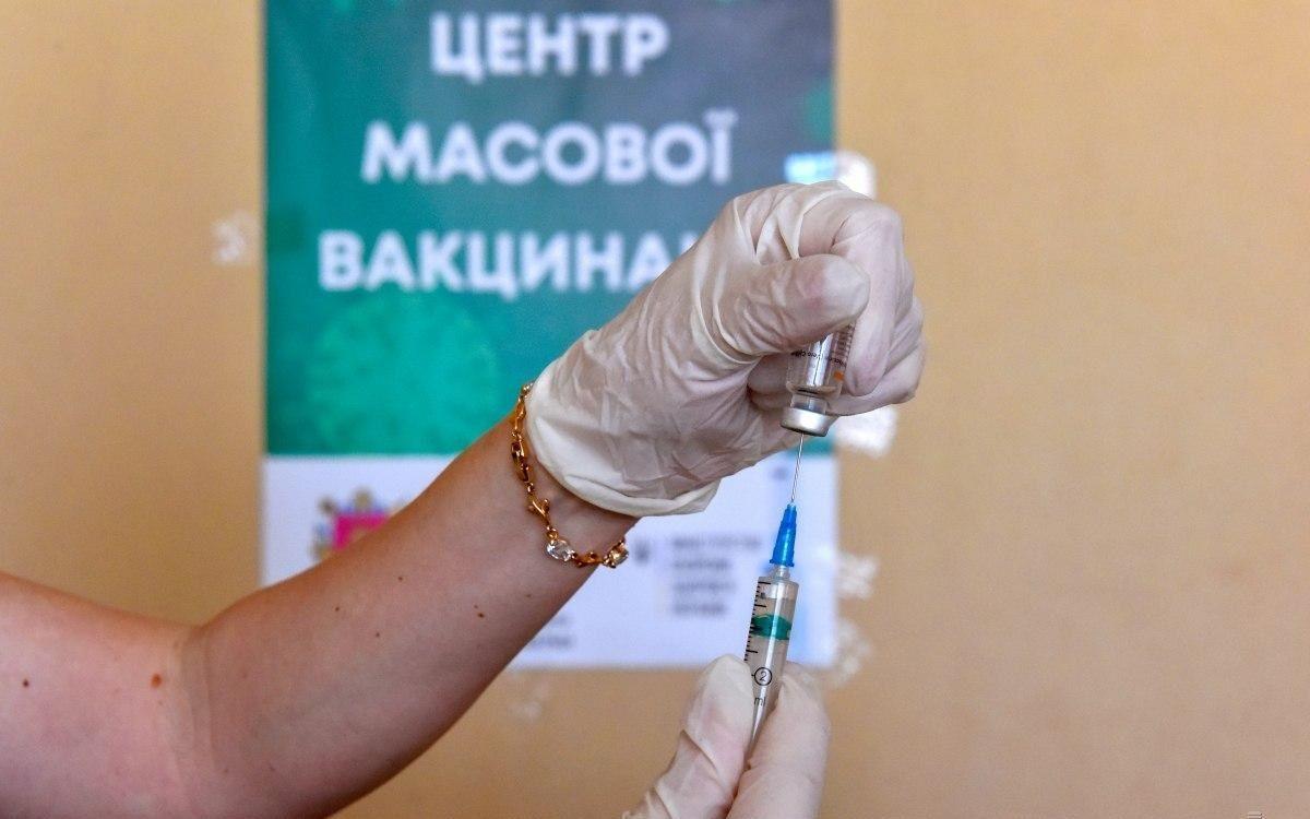 В Киеве образовалась большая очередь на вакцинацию от COVID-19: люди паниковали и ругались