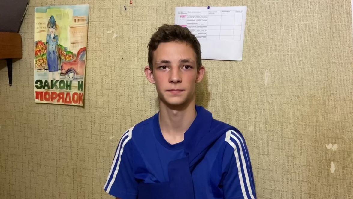 """В центре Донецка """"полиция"""" задержала двух подростков: """"генералу"""" не понравилось приветствие"""