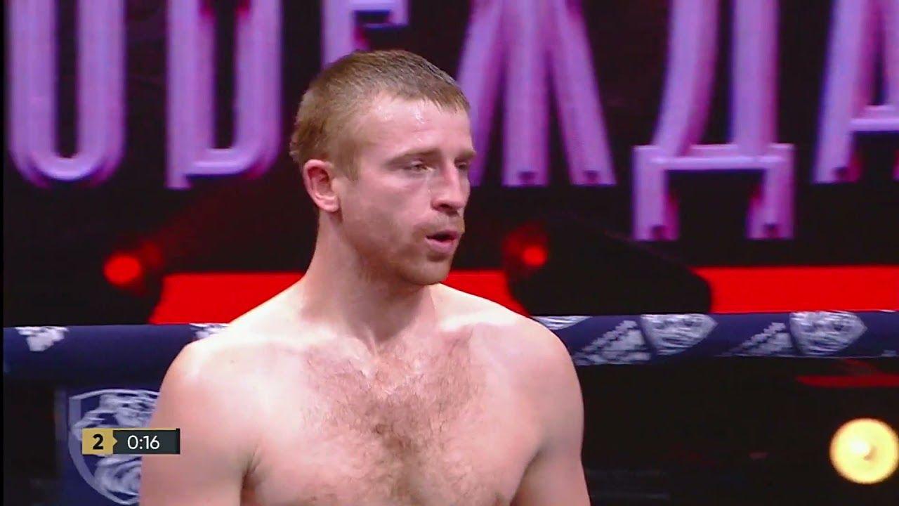 Украинского боксера чуть не вынесли вперед ногами с ринга в Москве: видео жесткого нокаута