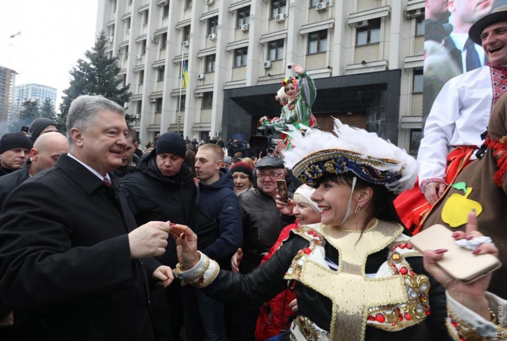 Порошенко гулял по Одессе, станцевал народный танец и рассказал о выборах президента - кадры