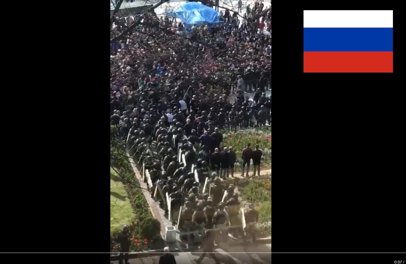 Бунт во Владикавказе: в российский ОМОН летят бутылки и мусор, толпа настроена агрессивно, видео