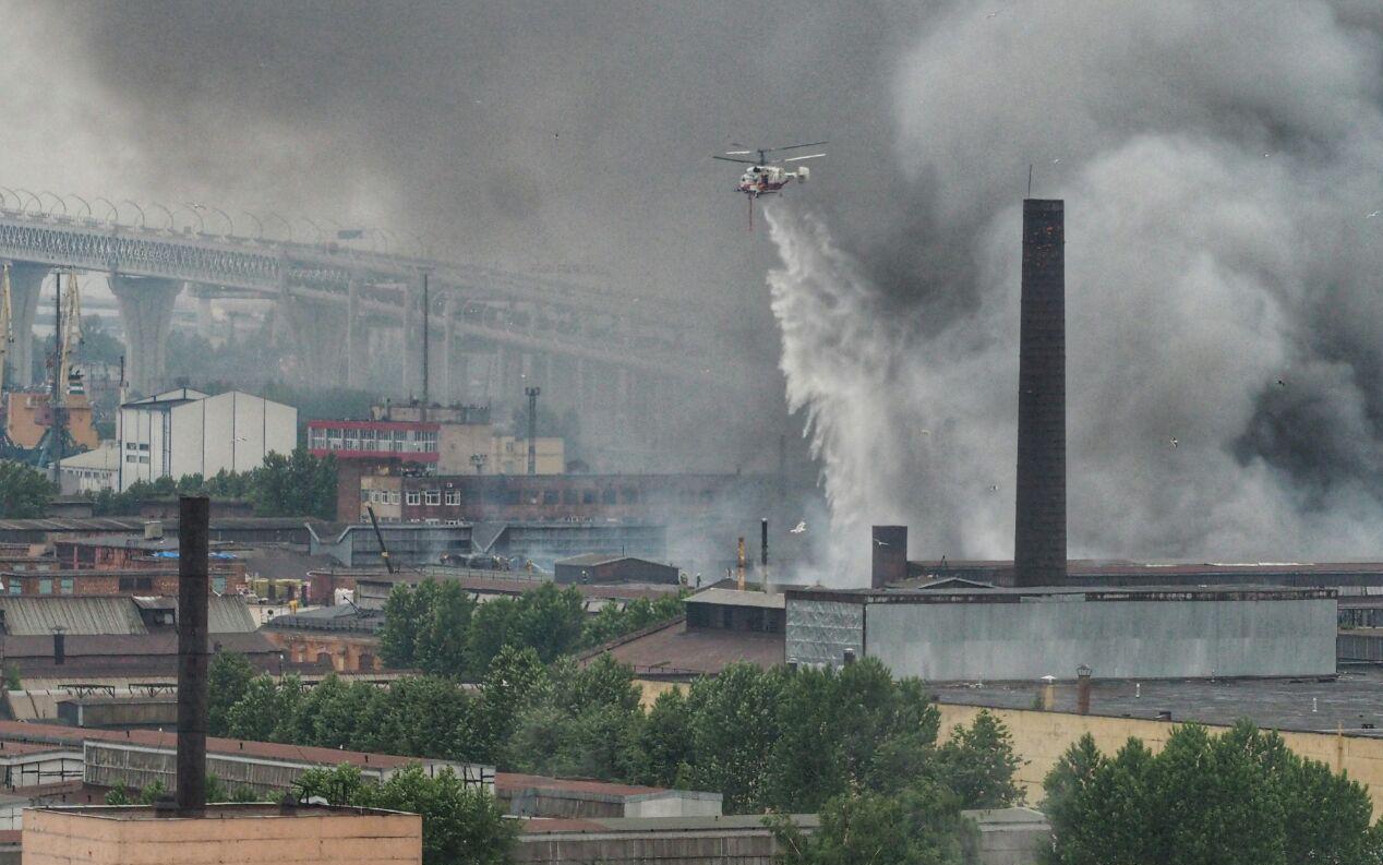 В Санкт-Петербурге по тревоге были подняты вертолеты МЧС: горел Кировский завод - кадры